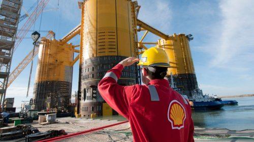 shell-employee-at-an-oil-platform